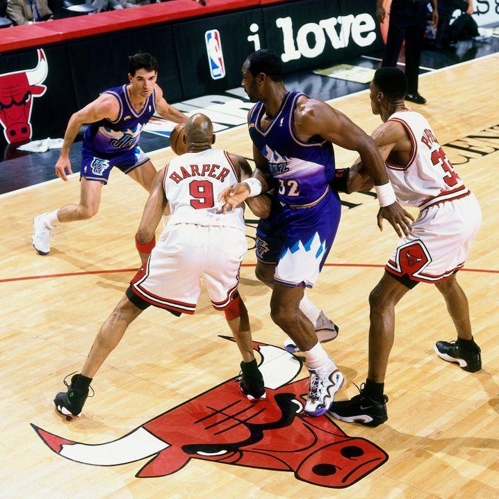 """Stockton und Malone beim """"Pick and Roll"""" gegen Chicago im vierten Spiel der NBA-Finals 1998"""