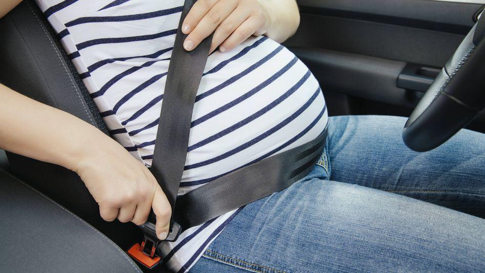 Symbolbild: Zwei schwangere Frauen mit vielen Gemeinsamkeiten sind sich durch einen Unfall begegnet