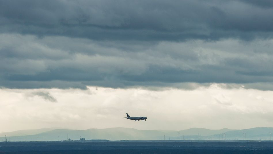 Jet im Landeanflug auf den Flughafen Frankfurt: Die Zahl der Flugbewegungen hat sich im Corona-Jahr 2020 halbiert