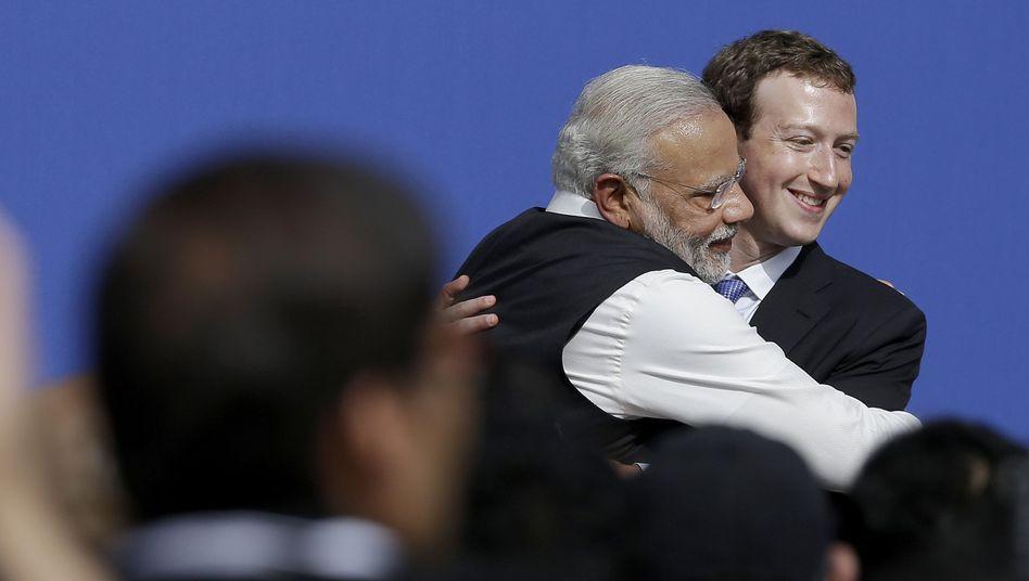 Modi und Zuckerberg in der Facebook-Zentrale: Herzliche Umarmung