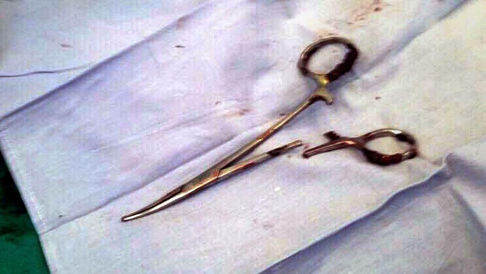 Schere, die im Bauch eines Patienten vergessen wurde (Archivbild)