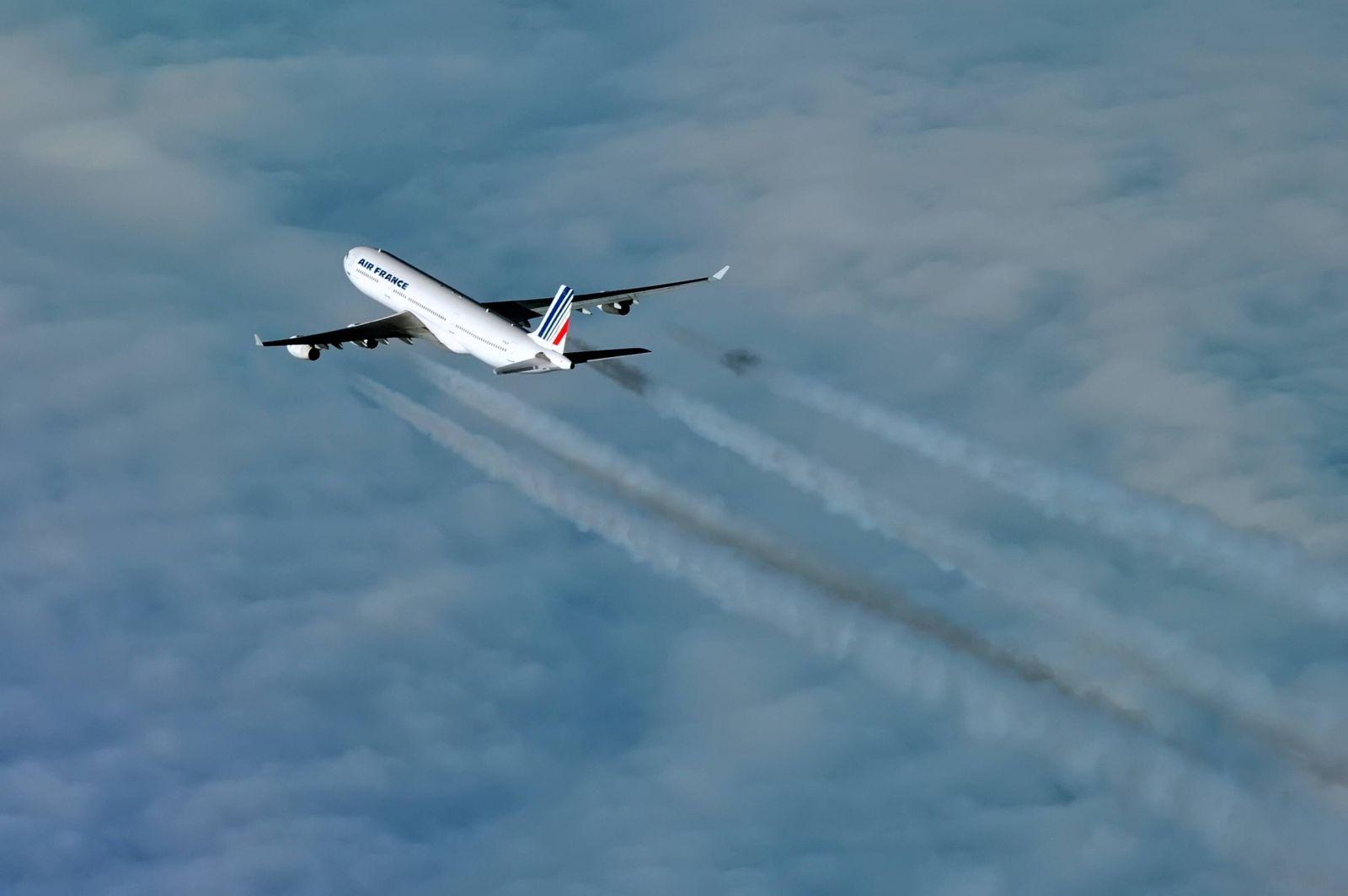 Luftverkehr: Kondensstreifen Copyright: JOKER/HadyxKhandani JOKER140123533609