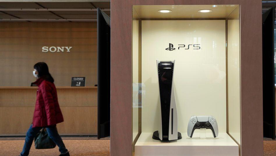Ausgestellte Playstation 5 im Sony-Hauptquartier in Tokio: Die Nachfrage ist nach wie vor hoch