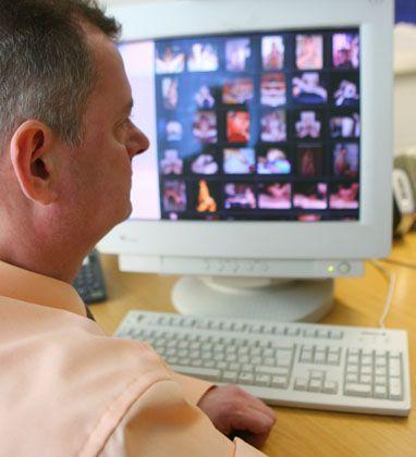 Ein Fahnder des LKA Sachsen-Anhalt sitzt vor einem Computerschirm mit Kinderpornos (Archivbild, Januar 2007). Die Szene soll sich in den letzten Jahren zunehmend auf heimlichere Vertriebswege verlagert haben, doch noch gibt es viel zu viele solche Angebote im Web
