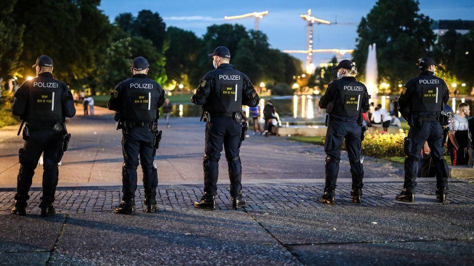 Polizisten beobachten die Lage