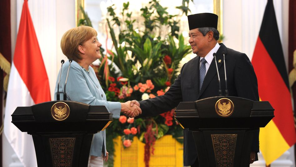 German Chancellor Merkel and Indonesian President Yudhoyono: Is Berlin considering the export of 100 combat tanks to Jakarta?