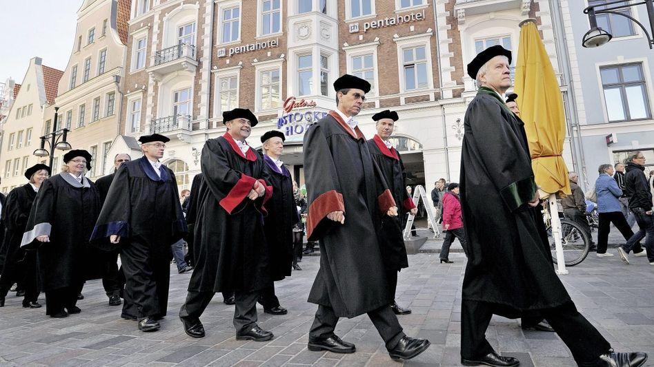 Hochschullehrer in Rostock während eines Festumzugs zu Semesterbeginn