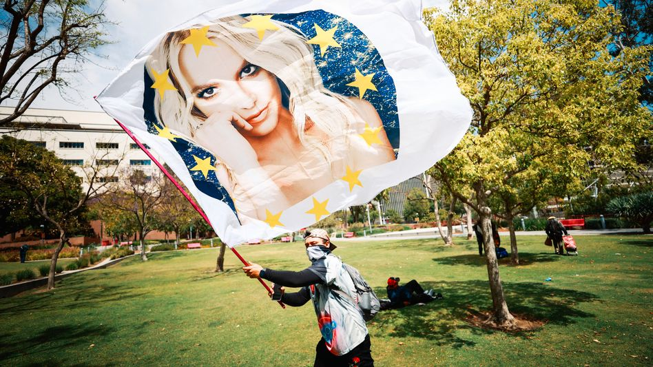 Ein Anhänger von Britney Spears protestiert vor einem Gerichtsprozess in Los Angeles