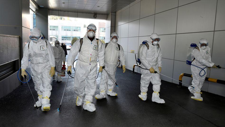 """""""Notfall-Phase"""": Südkorea meldet sprunghaften Anstieg von Coronavirus-Fällen"""