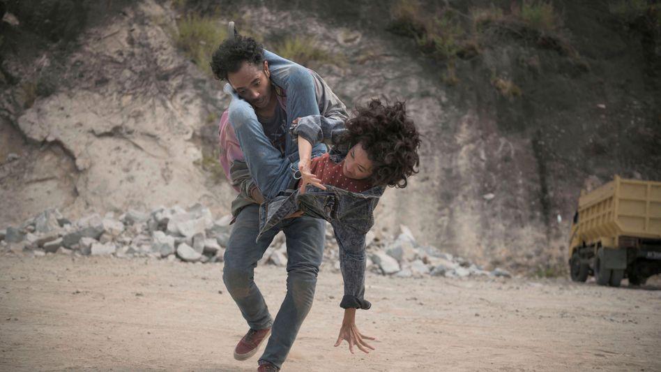 Erst kämpfen, dann lieben: Ajo (Martinho Lio) und Iteung (Ladya Cheryl)