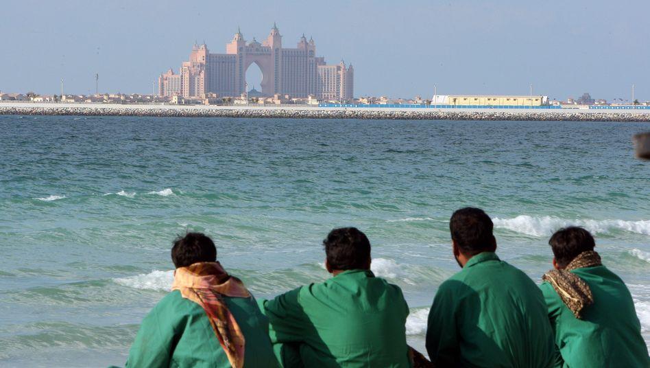 Billiglohn-Dienstleister aus Südostasien in Dubai (am Strand, vor dem Luxushotel Atlantis): 300 Dirham zur Selbstverpflegung
