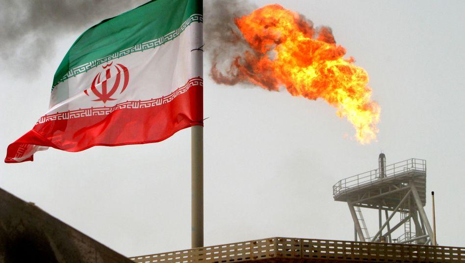 Iranische Flagge auf einer Ölplattform im Persischen Golf
