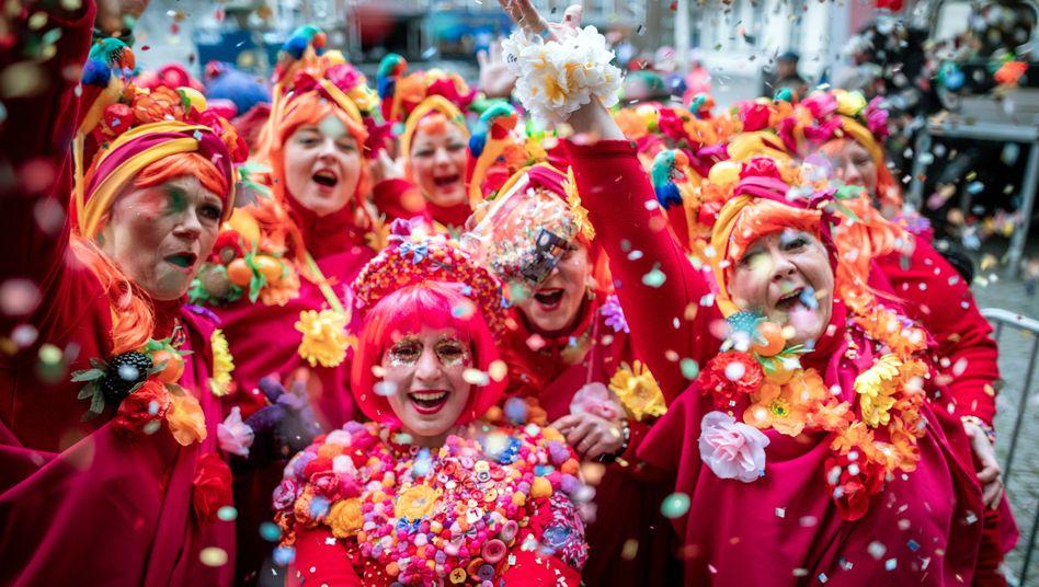 Konfetti vor dem Düsseldorfer Rathaus: Von Weiberfastnacht an wird bis zum Aschermittwoch gefeiert