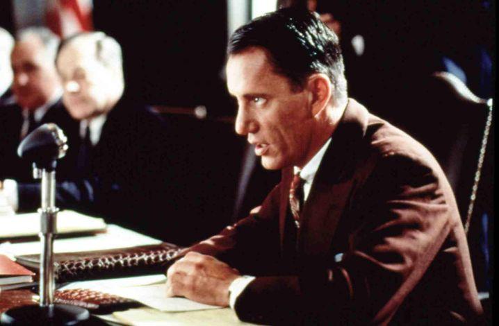 """Citizen Cohn: James Woods spielt Roy Cohn in dem US-Biopic """"Citizen Cohn"""" von 1992, nach dem Buch von Nicholas von Hoffmann. Der Titel ist eine Hommage an """"Citizen Kane"""" von Orson Welles, der in der McCarthy-Ära wegen seiner politischen Aktivitäten ins Visier der Kommunistenjäger geriet."""