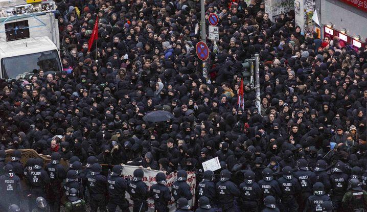 2013, Polizisten stoppen den Protestzug an der Roten Flora