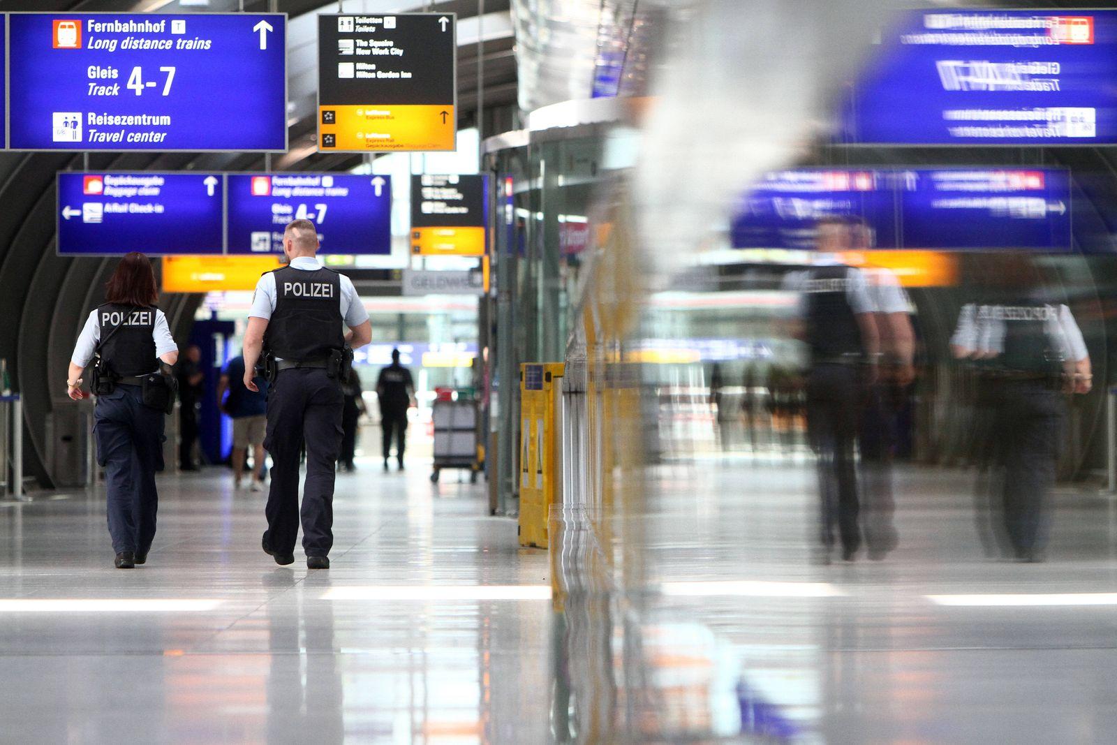 Streife mit Bundespolizisten gehen vom Terminal 1 zum Fernbahnhof der DB Deutsche n Bahn im Flughafen Frankfurt, Hessen,