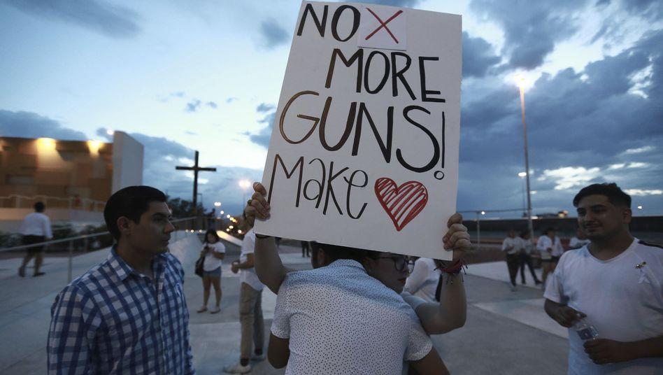"""""""No More Guns! Make Love"""": Kundgebung in El Paso"""