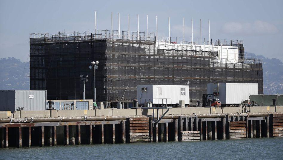 Google-Lastkahn in der Bucht von San Francisco: Objekt wilder Spekulationen