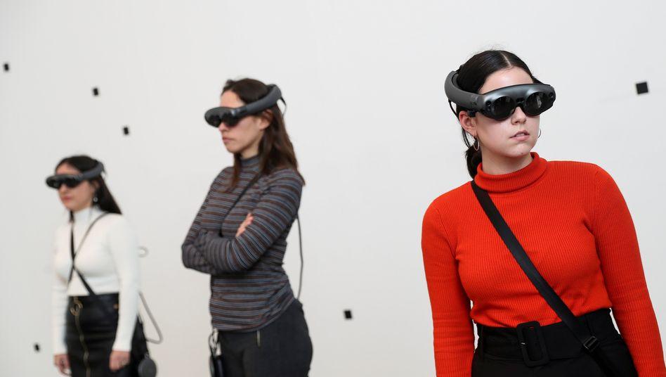 Diese Headsets stammen nicht von Apple: Computerbrillen bei einer Ausstellung in der Serpentine Gallery in London