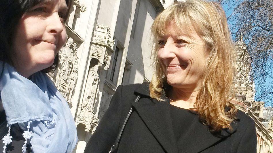 Kathleen Wyatt (l.) mit ihrer Anwältin vor dem Londoner Supreme Court: Ein Sieg mit weitreichenden Folgen
