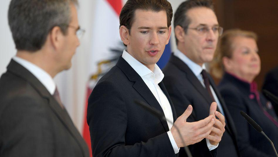 Österreichs Bundeskanzler Sebastian Kurz (M.) mit Finanzminister Löger (l.)