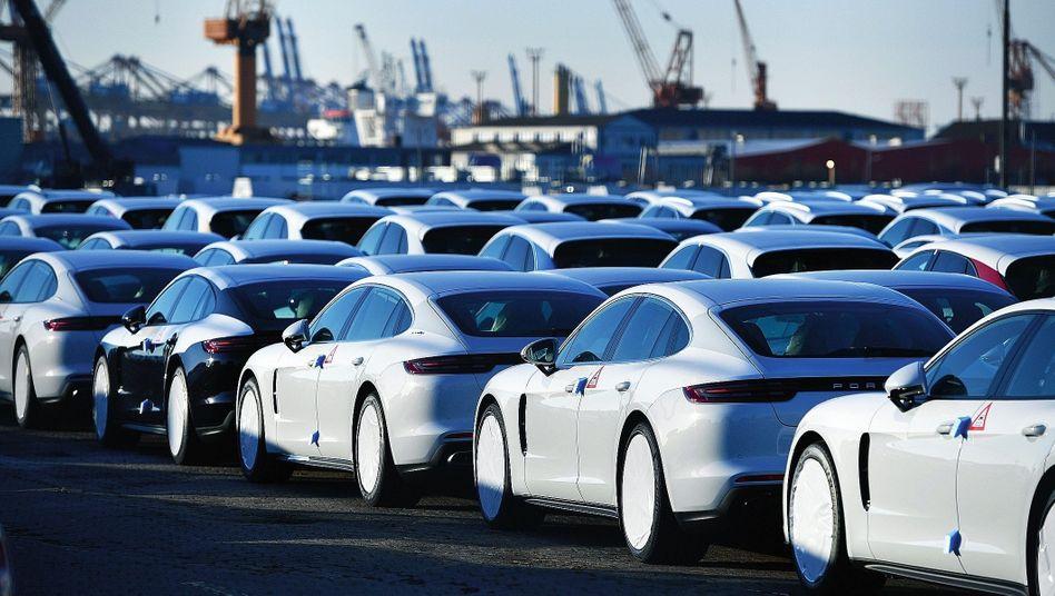 Porsche-Neuwagen vor Verschiffung in Bremerhaven (Archivbild)