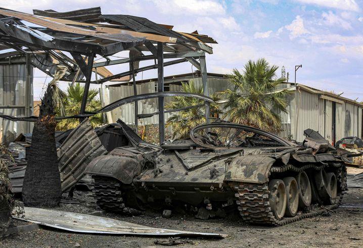 Ein zerstörter Panzer, den die LNA-Armee von Warlord Haftar benutzt haben soll