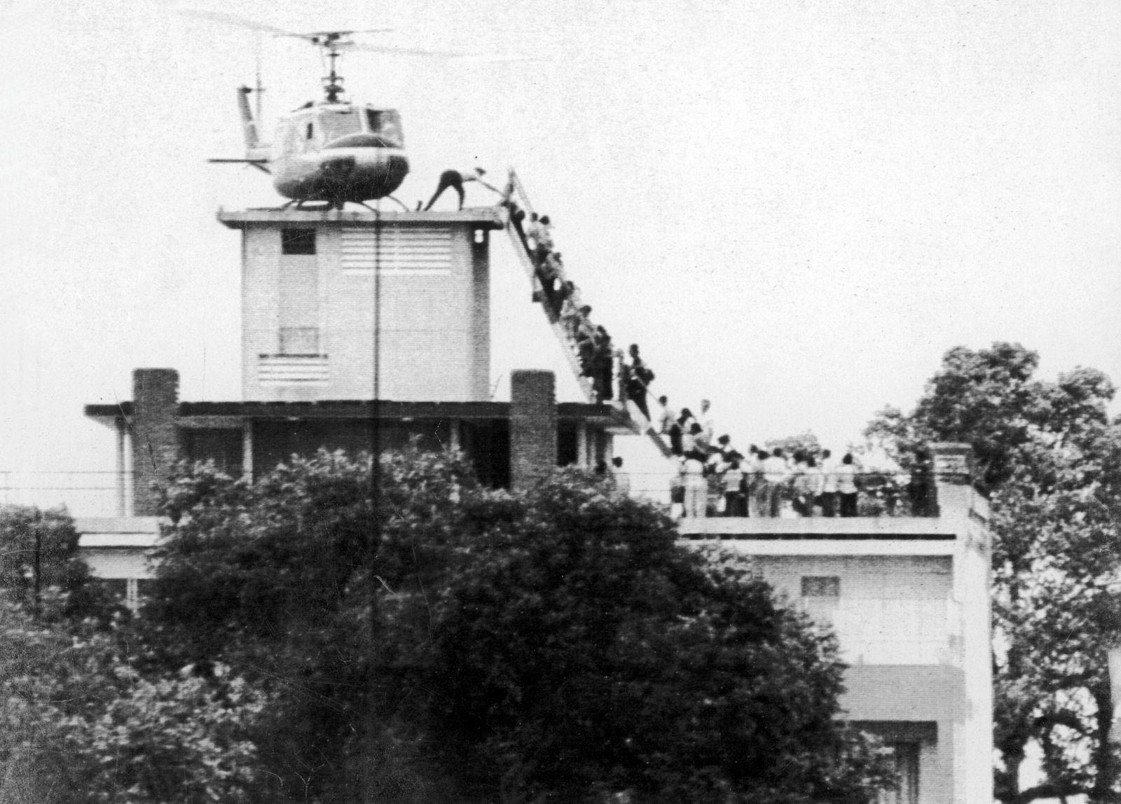 Air America Helikopter evakuiert in den letzten Stunden vor dem Fall Flüchtlinge aus Saigon PUBLIC