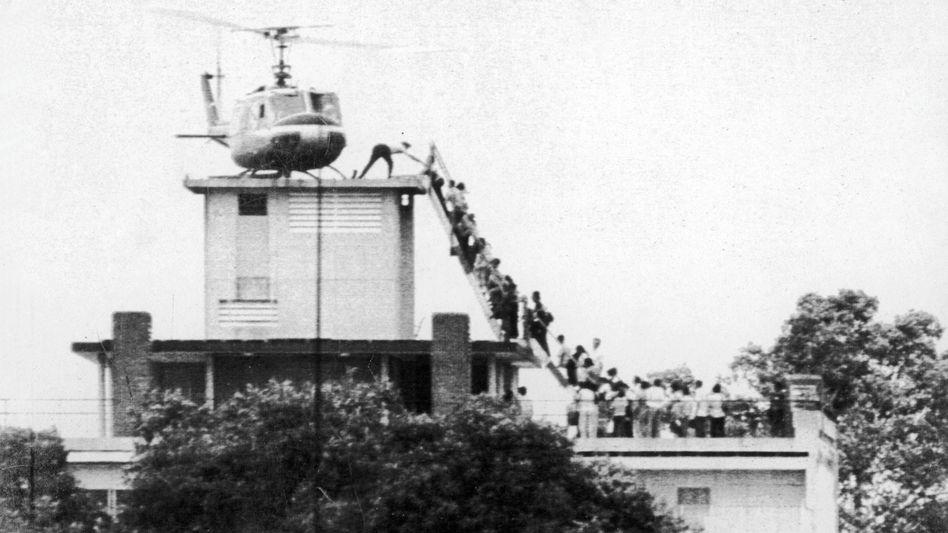 Panische Flucht: Ein US-Helikopter evakuiert in den letzten Stunden vor dem Fall Flüchtlinge aus Saigon