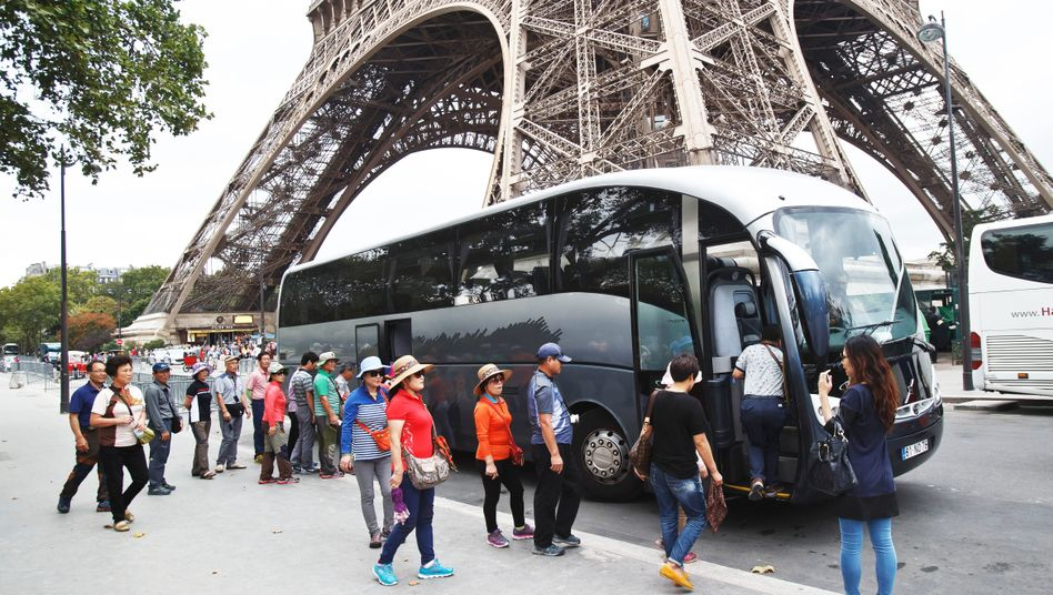Reisebus am Eiffelturm