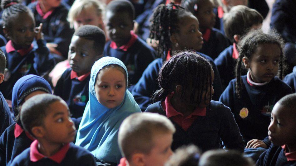 Schüler in Großbritannien (Archiv): Einwanderer in der Klasse heben das Leistungsniveau