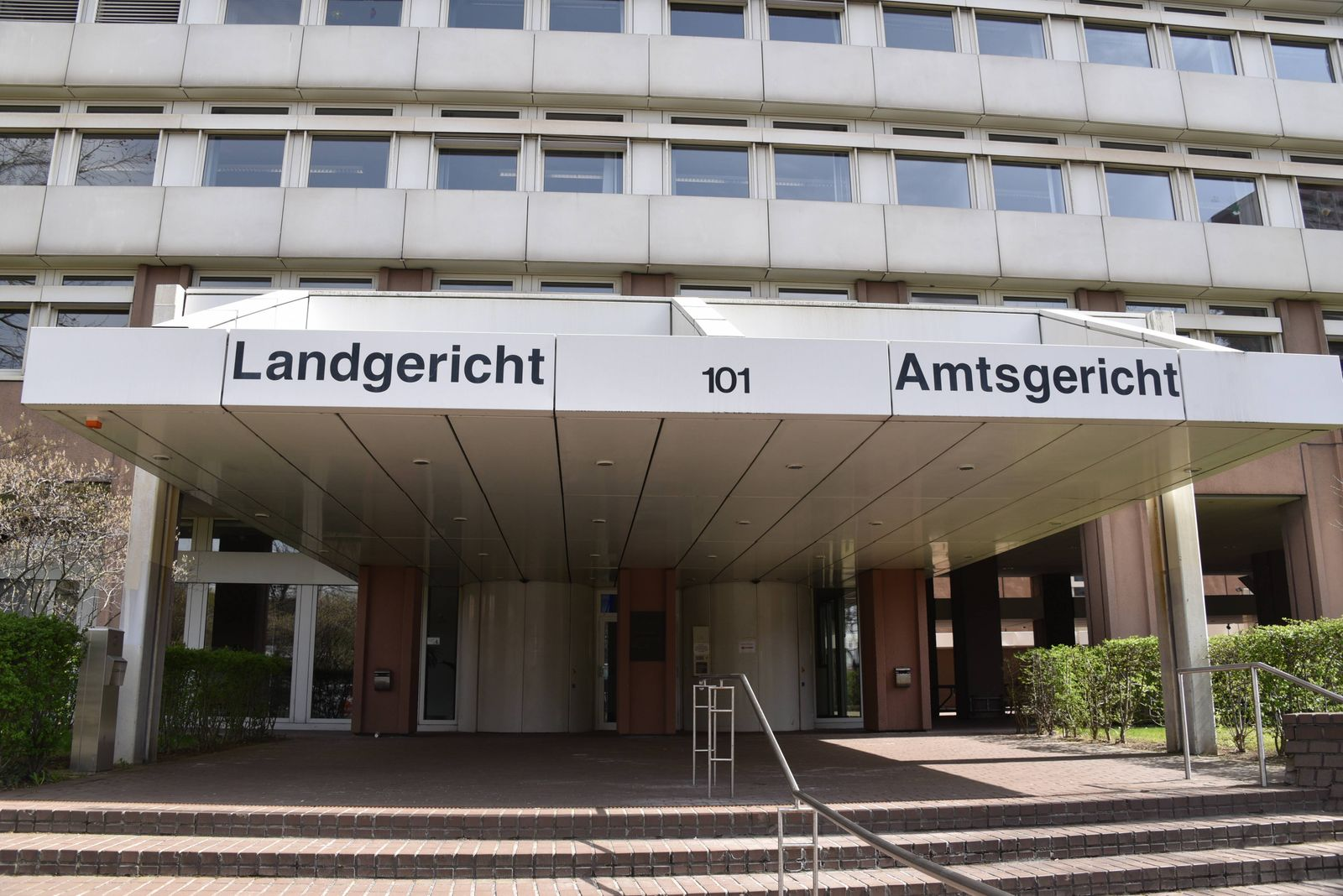 Schild Landgericht und Amtsgericht Köln am Eingang vor dem Gebäude Justizzentrum Luxemburger Strasse