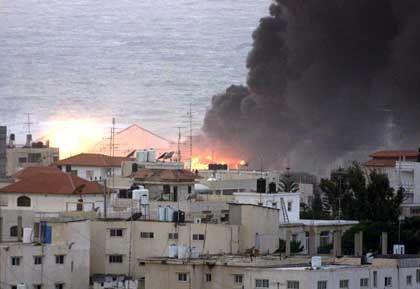 Angriff auf Gaza: Am 3. Dezember stehen Häuser nahe des Büros von Palästinenserpräsident Jassir Arafat nach israelischen Angriffen in Flammen