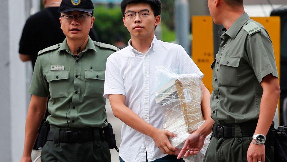 "Joshua Wong verlässt das Gefängnis in Hongkong: ""Carrie Lam, treten Sie zurück."""