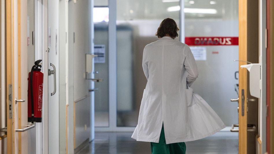 Arzt in einer Klinik (Archivbild): 1200 Krankenhäuser und knapp 48.300 Arzt- oder Zahnarztpraxen haben Kurzarbeit beantragt