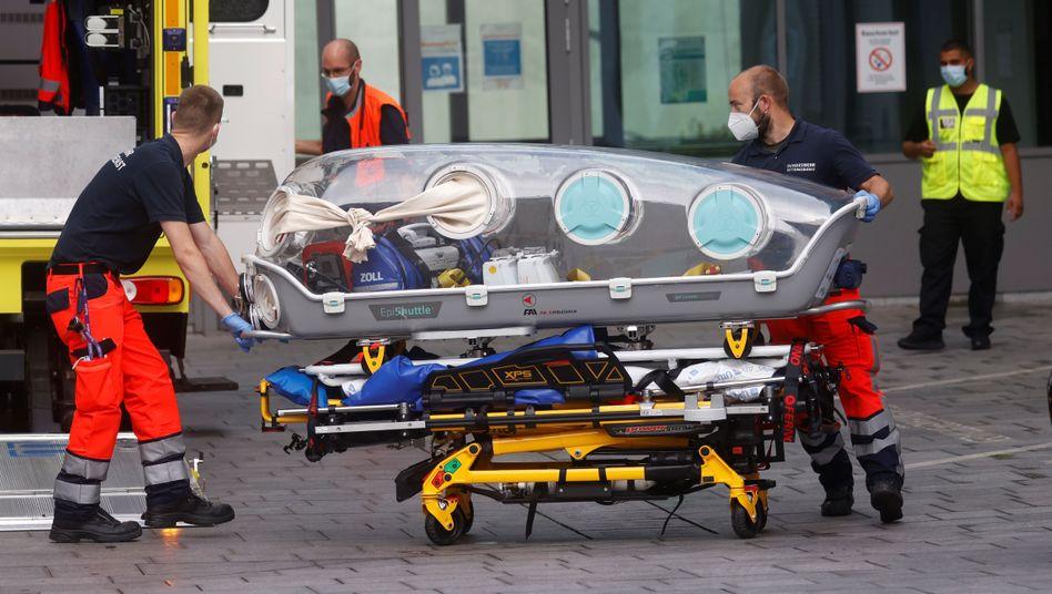 Berliner Charité: Zwei Sanitäter schieben die Isolationskapsel, mit der Nawalny nach Berlin transportiert wurde