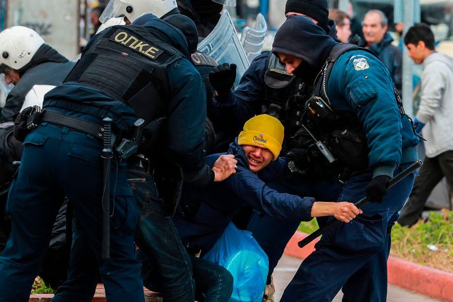 Wut trifft auf Staatsmacht: Polizisten ringen am Dienstag mit einem jungen Mann auf Lesbos