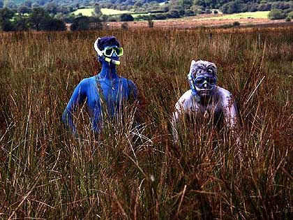 Extremsportart Moorschnorcheln: Zwei Wettbewerbsteilnehmer erheben sich aus den schleimigen Fluten