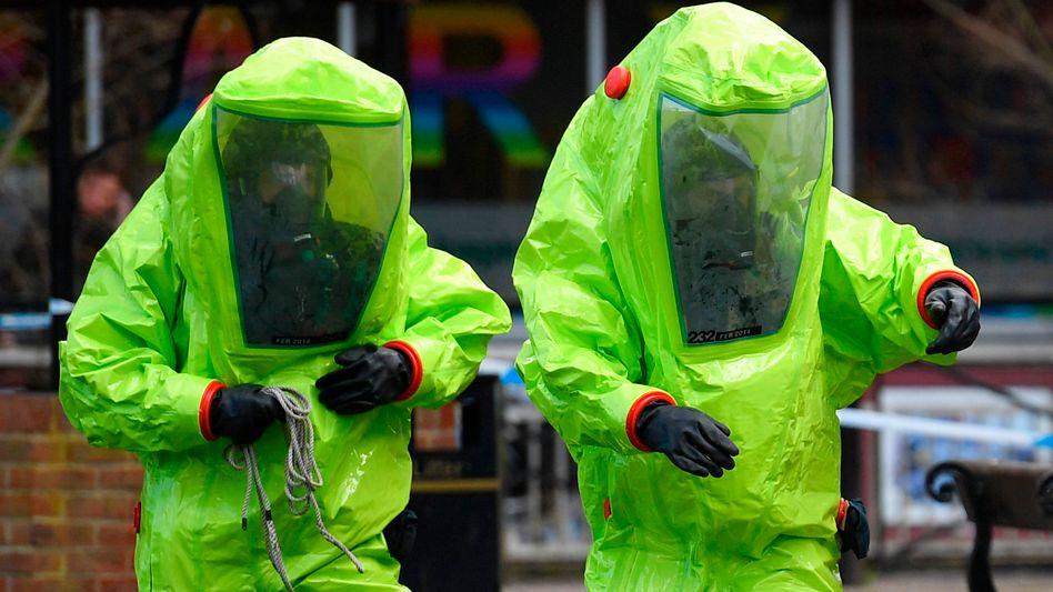 Einsatzkräfte in Schutzanzügen in der Nähe des Tatorts in Salisbury