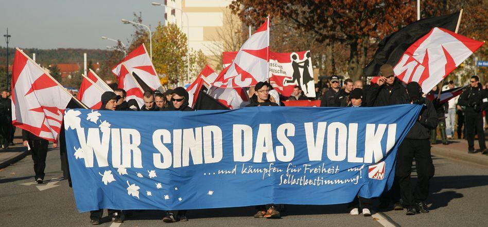 Neonazis (in Halle, November 2011): Staatsdiener dürfen nicht den Staat bekämpfen