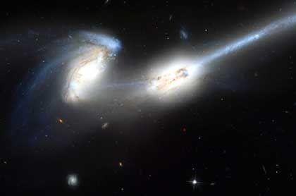 Hubble-Aufnahme des Galaxienduos NGC 4676: Bewegte Geschichte