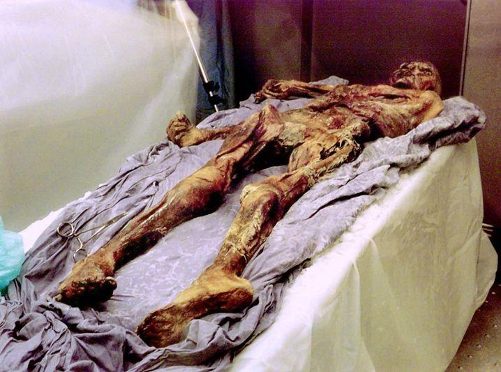 Ötzi-Ankunft im Bozener Museum, 1998
