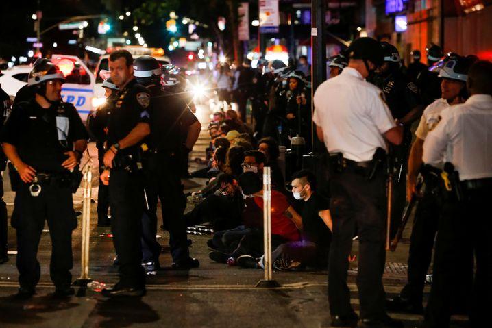 Manhattan in der Nacht auf Mittwoch: Demonstranten sitzen nach der Festnahme durch Polizisten auf dem Boden