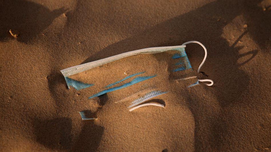 Ein Mund-Nasen-Schutz am Strand von Tel Aviv