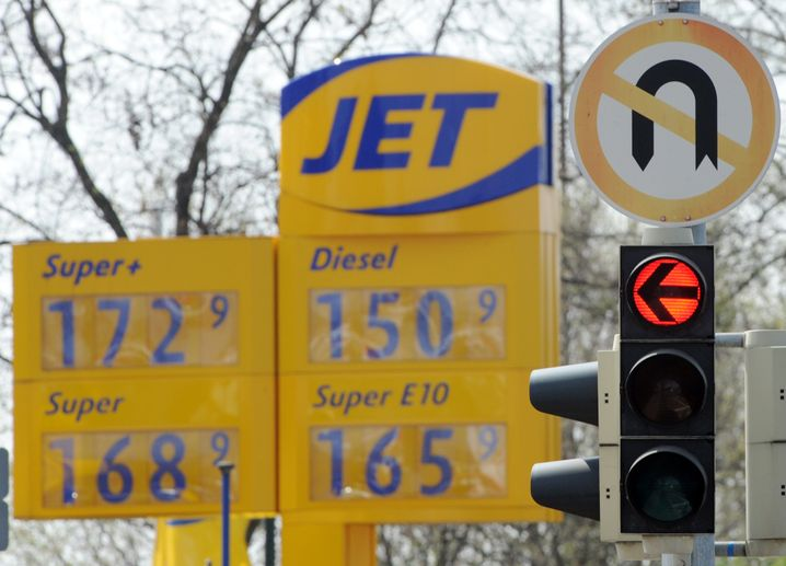 Rote Ampel vor einem Tankstellenschild: Umfahrung ist möglich