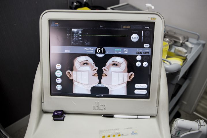 A screen displays the areas of the face to be treated.