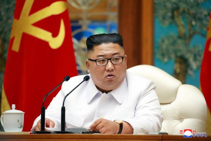 Kim Jong Un, Machthaber Nordkoreas, bei einer Notstandssitzung des Politbüros wegen der Corona-Pandemie