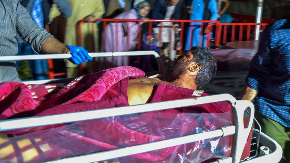 Ein Opfer des Anschlags am Kabuler Flughafen wird am Donnerstag auf einer Liege abtransportiert