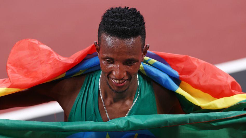 Selemon Barega aus Äthiopien freut sich über das erste Leichtathletik-Gold bei diesen Spielen
