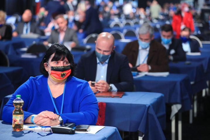 AfD-Delegierte in Kalkar: Mit Maske in der Halle